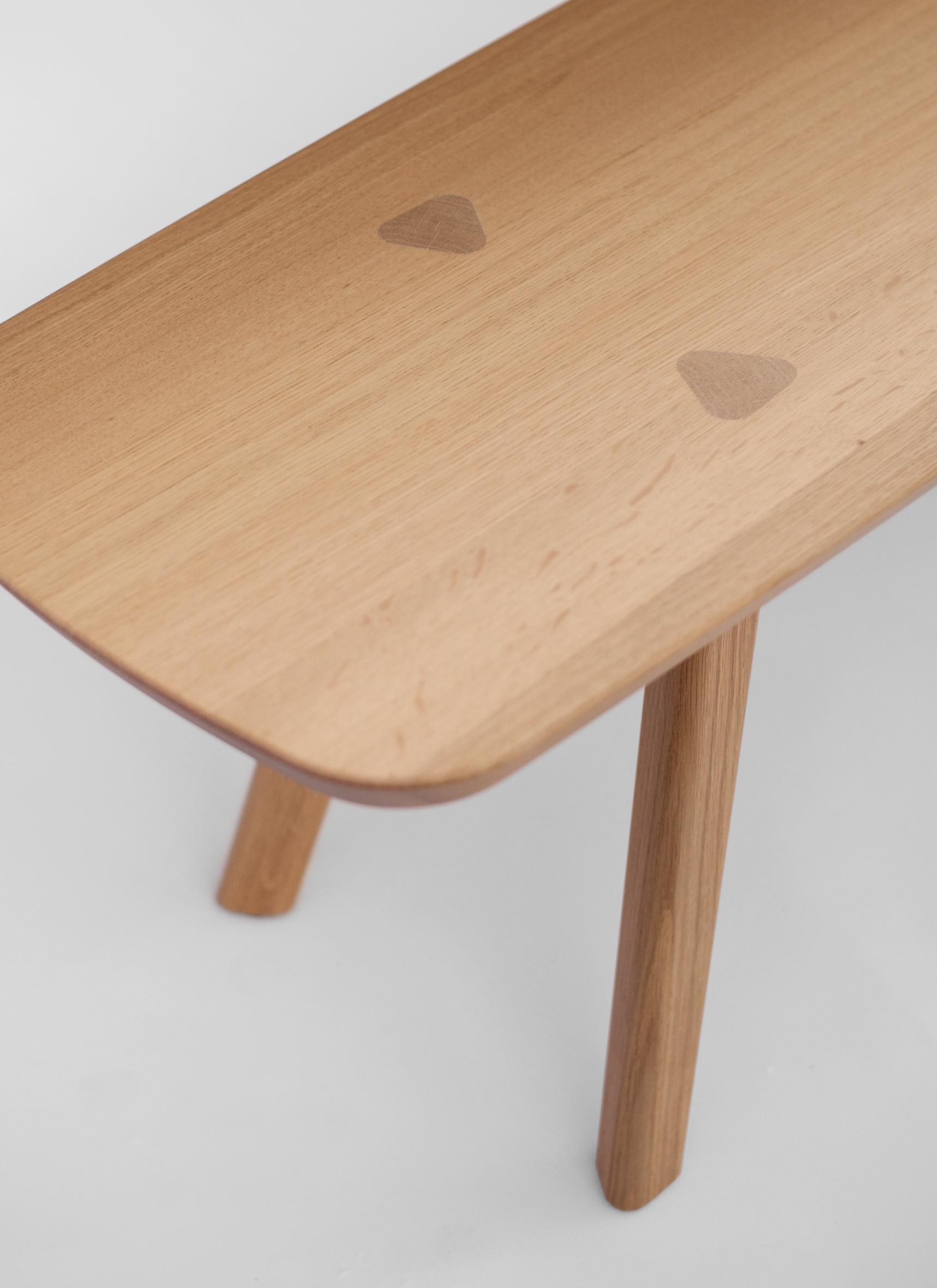 ... Tisch, Bank Und Stuhl. Die Beine Im Dreiecksprofil, Aber Auch Die  Tischplatte Und Sitzfläche Verjüngen Sich Nach Unten Hin Und Lassen Die ...